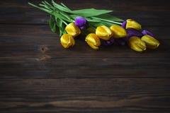 Тюльпаны на деревянной предпосылке Стоковое Изображение RF