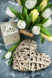 Тюльпаны, дом птицы и пакет подарка Стоковое Фото