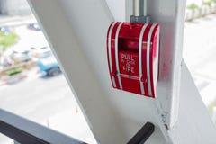 Тяга пожарной сигнализации на стене Стоковые Фотографии RF