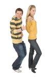 тяга шнурка девушки одежд мальчика смешная серьезная Стоковые Изображения