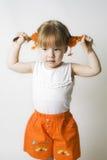 тяги белокурых волос девушки с волосами Стоковое Фото