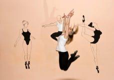 Тяги танцора девушки скача ее руки вверх Стоковое Изображение