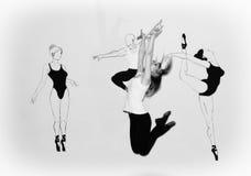 Тяги танцора девушки скача ее руки вверх Стоковое фото RF