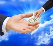 тягла дег руки подарка доллара стоковое изображение