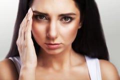 Тягостное состояние Девушка головных болей молодая красивая держит ее руку на ее голове мигрень холодно Принципиальная схема здор Стоковая Фотография