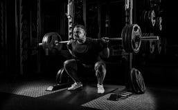 Тяжелоатлет получает готовым стоять с тяжелой штангой Стоковое Фото