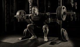 Тяжелоатлет получает готовым стоять с тяжелой штангой Стоковое фото RF