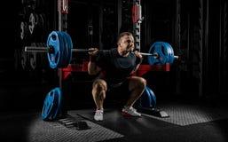 Тяжелоатлет получает готовым стоять с тяжелой штангой Стоковые Фотографии RF