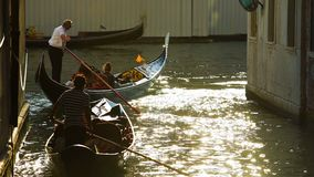 Тяжелое движение гондол с туристами, законы движения воды в Венеции, Италии стоковые изображения