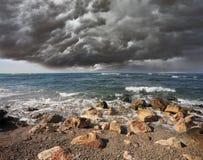 Тяжелое облако над прибоем Стоковое фото RF