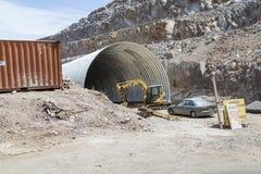 Тяжелое оборудование на раскопк тоннеля стоковое изображение rf