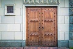 Тяжелые двери сделанные из деревянных доск с круглыми ручками Стоковая Фотография