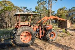 Тяжелый бульдозер, машина earthmover в сельских окрестностях стоковое фото rf