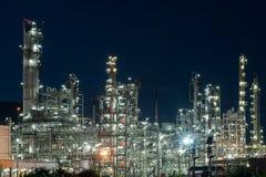 Тяжелая индустрия фабрики рафинадного завода нефтедобывающей промышленности на ноче Стоковое Фото