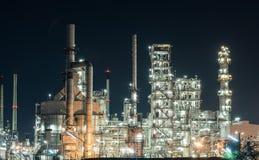Тяжелая индустрия фабрики рафинадного завода нефтедобывающей промышленности на ноче Стоковые Изображения