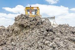 Тяжелая машина конструкции earthmover двигает землю на buildin стоковая фотография rf