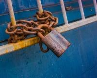 Тяжелая ржавая цепь с замком Стоковые Изображения RF