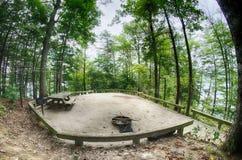 Тяжело лесистое место для лагеря готовое для туристов стоковые изображения