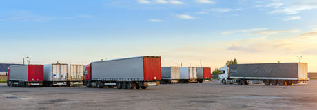 Тяжелые грузовики с трейлерами стоковое фото rf