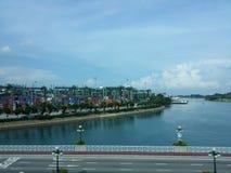 Тяжелые контейнеры нагружая с мирным взглядом со стороны моря Стоковое Изображение