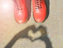 Тяжелые красные ботинки с ретро винтажным влиянием фильтра стиля Стоковое фото RF