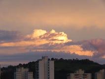 Тяжелые облака на заходе солнца за горой Стоковое фото RF