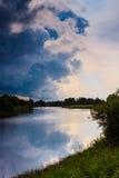 Тяжелые облака на ноче лета Стоковые Изображения