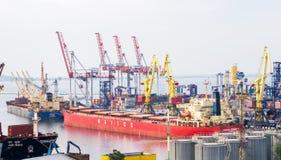 Тяжелые судно-сухогрузы в порте торговлей морского пехотинца Стоковая Фотография RF