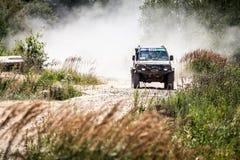 Тяжелый внедорожный управлять гоночного автомобиля вдоль пылевоздушной дороги Стоковое Изображение