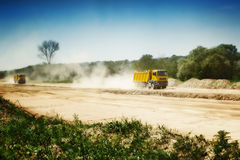 Тяжелый грузовик в пылевоздушной дороге стоковая фотография rf