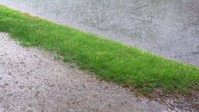 Тяжелый дождь шторма на дороге падает на поверхность воды акции видеоматериалы