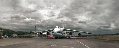 Тяжелый русский Ruslan транспортного самолета на обслуживании перед отклонением на авиапорте в Порт-Морсби (Папуаая-Нов Гвинея) Стоковые Изображения