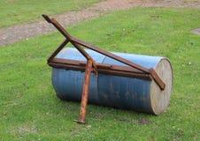 Тяжелый садовничая ролик лужайки с ржавой тягой Стоковая Фотография RF
