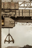 Тяжелый электрический надземный кран с gripper раковины стоковая фотография