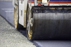 Тяжелый compactor ролика вибрации на мостоваой асфальта работает для конструкции дороги и шоссе Стоковое фото RF
