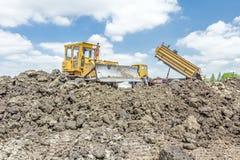 Тяжелый earthmover двигает землю на строительную площадку Самосвал стоковые фото