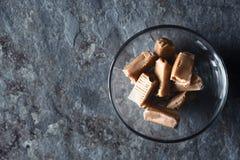Тянучка в стеклянном шаре на каменном взгляде столешницы Стоковое Фото