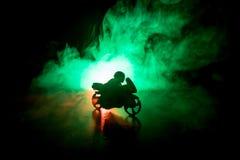 Тяпка мотоцикла наивысшей мощности Fog с backlights на предпосылке с всадником человека на ноче Пустой космос Стоковые Изображения RF