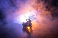 Тяпка мотоцикла наивысшей мощности Fog с backlights на предпосылке с всадником человека на ноче Пустой космос Стоковая Фотография