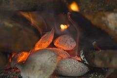 Тлеющие угли огня стоковые фотографии rf