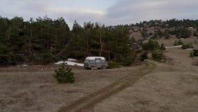 Тourist汽车被停下来在杉木森林遥远的树木繁茂的风景高地附近休息 影视素材