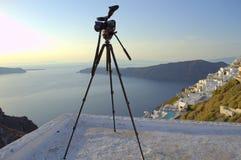 Тripod som väntar på solnedgången Santorini Royaltyfri Bild