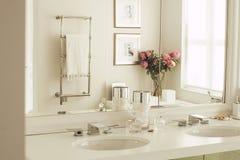 Уберите белые ванная комната или комната отдыха Стоковое фото RF