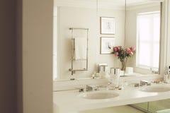 Уберите белые ванная комната или комната отдыха Стоковое Изображение