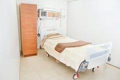 Уберите пустая комната стационара готовая для одного пациента Стоковые Фотографии RF