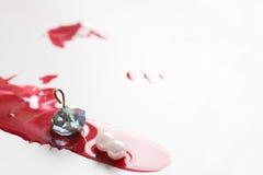 Убийство, падение крови на белой предпосылке искусство самомоднейшее Стоковое Фото