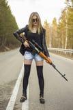 Убийца девушки ждать его жертву на дороге стоковые изображения