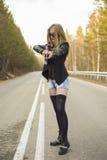 Убийца девушки ждать его жертву на дороге стоковая фотография
