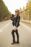 Убийца девушки ждать его жертву на дороге стоковое фото