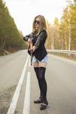 Убийца девушки ждать его жертву на дороге стоковые изображения rf